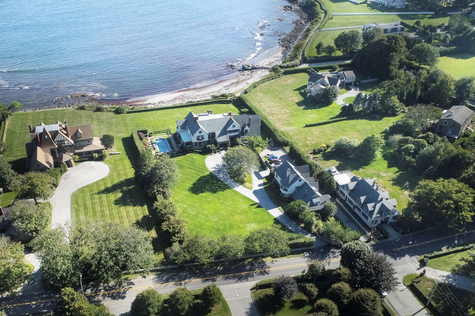 Additional photo for property listing at Honeysuckle Lodge 225 Ruggles Avenue Newport, Rhode Island 02840 Estados Unidos