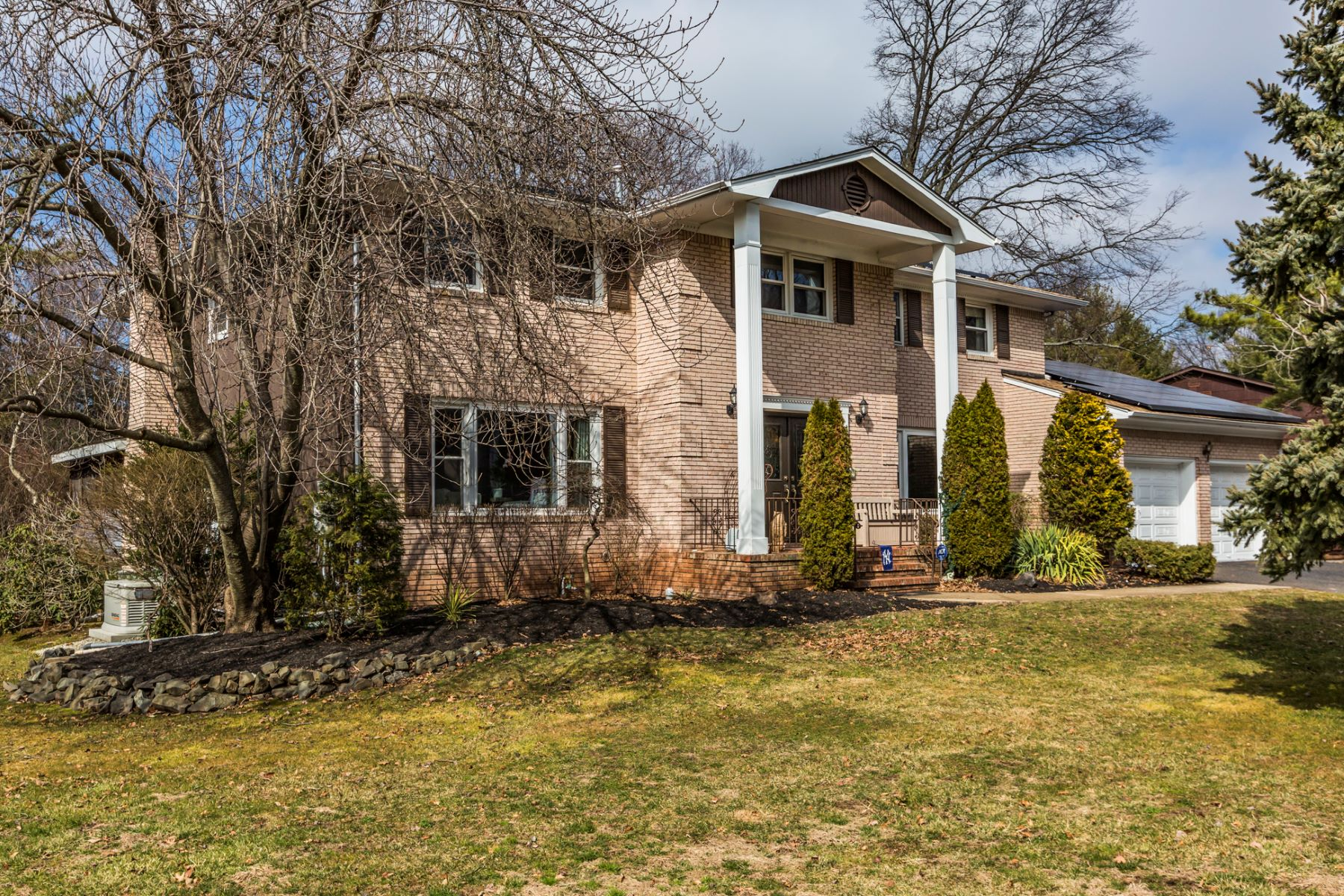 Частный односемейный дом для того Продажа на A Hidden Gem in Hidden Lakes 22 Point of Woods Drive North Brunswick, 08902 Соединенные Штаты