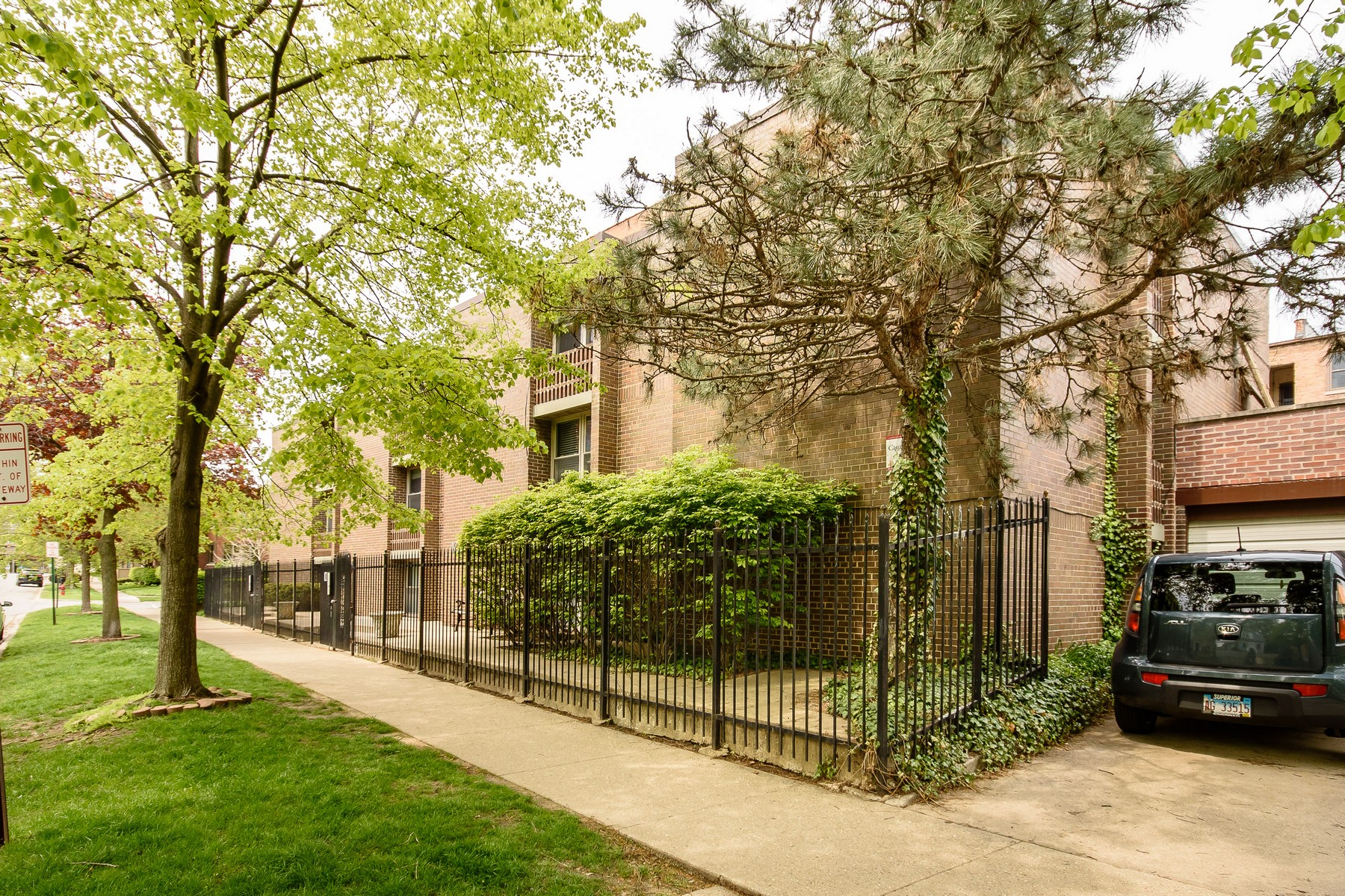 Condominium for Sale at Gorgeous 2 Bedroom Condo 423 South Boulevard Unit 2E Evanston, Illinois 60202 United States