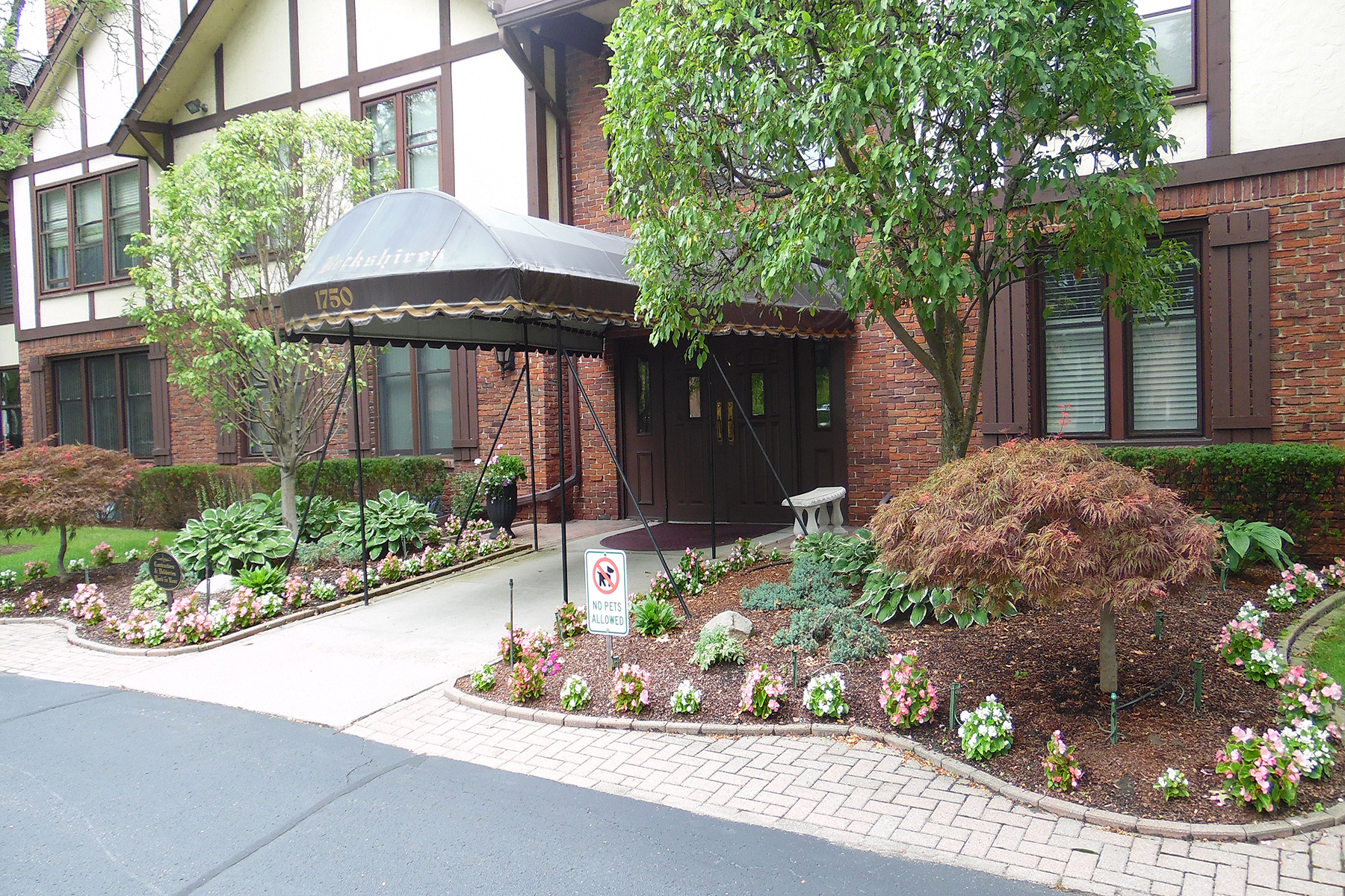 Condominiums 为 销售 在 Grosse Pointe Woods 1750 Vernier Unit #5 Grosse Pointe Woods, 密歇根州 48236 美国