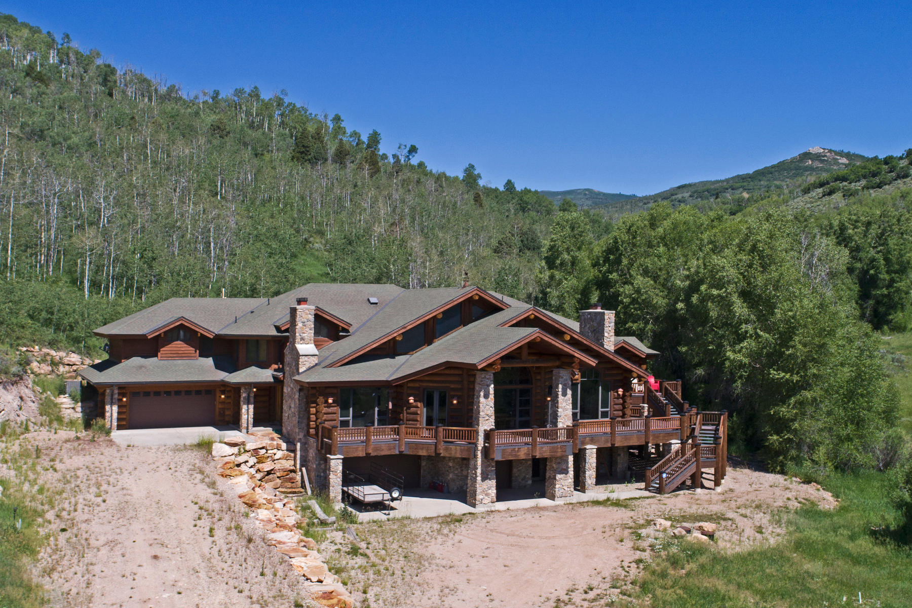 واحد منزل الأسرة للـ Sale في Amazing One of a Kind Log Home 3950 E Weber Canyon Rd Oakley, Utah 84055 United States