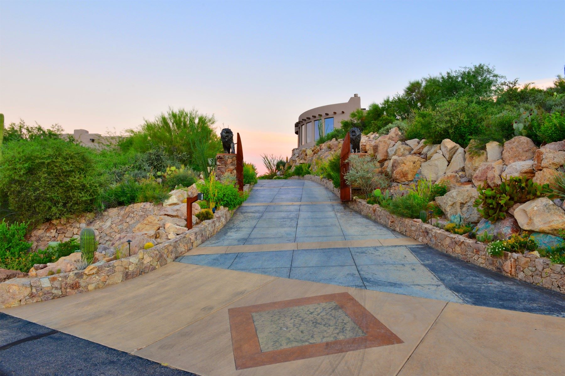 Vivienda unifamiliar por un Venta en One of the City's Most Private and Meticulously Built Home 5153 W Saguaro Cliffs Drive, Tucson, Arizona, 85745 Estados Unidos