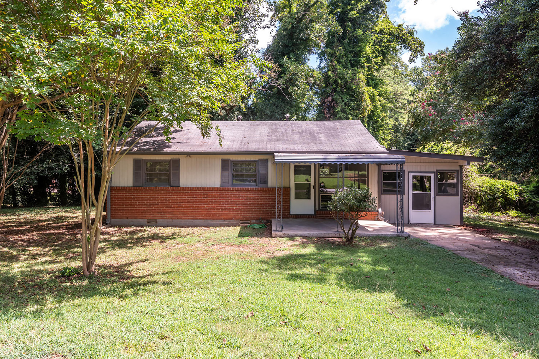 Single Family Homes por un Venta en Renovated Charmer in Peachtree Corners on Corner Lot 3304 Spring Dr, Peachtree Corners, Georgia 30360 Estados Unidos