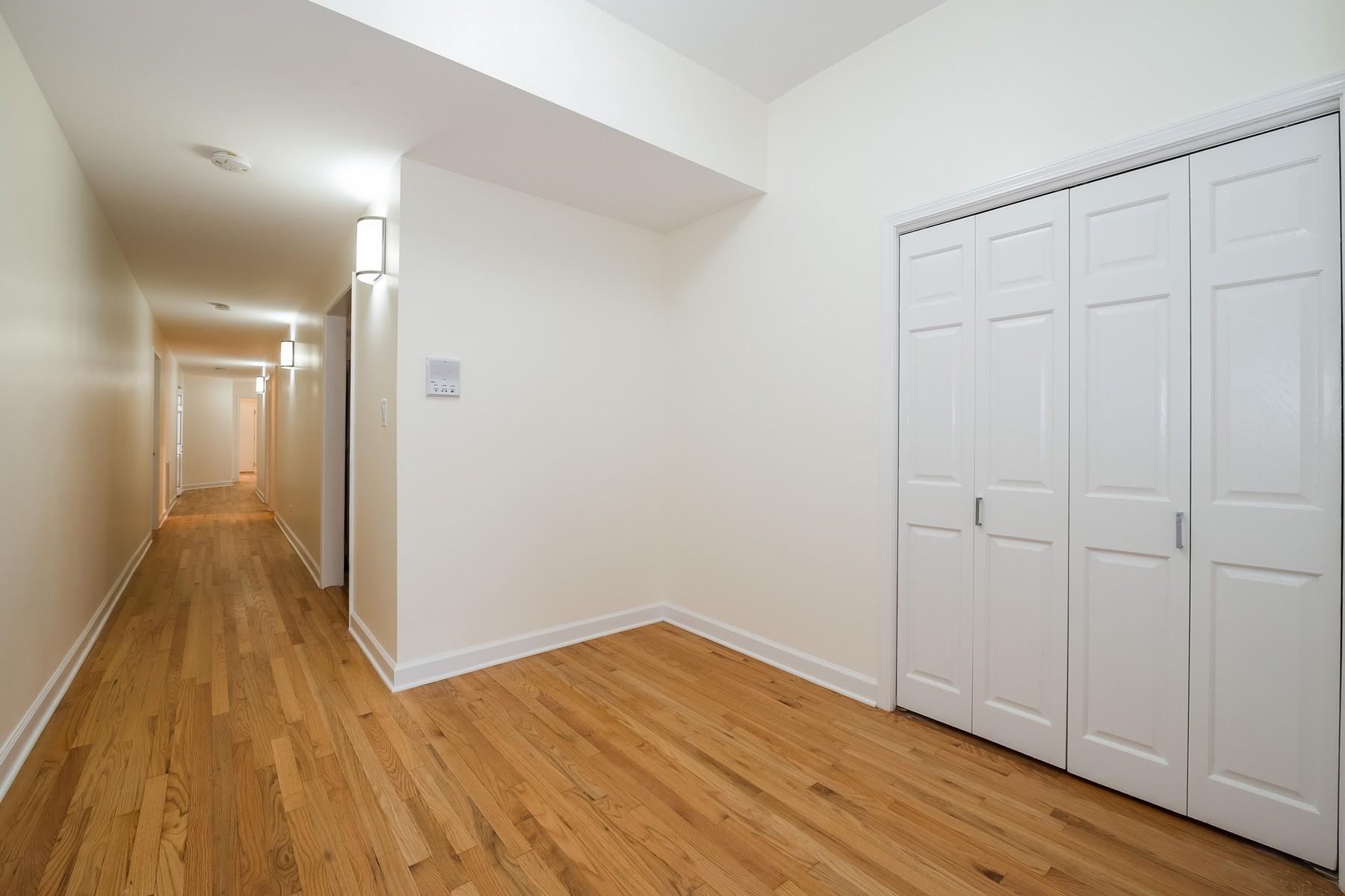 共管式独立产权公寓 为 销售 在 Expansive, Elevated, First Floor Residence 4721 S Drexel Boulevard Unit 1S, 芝加哥, 伊利诺斯州, 60615 美国