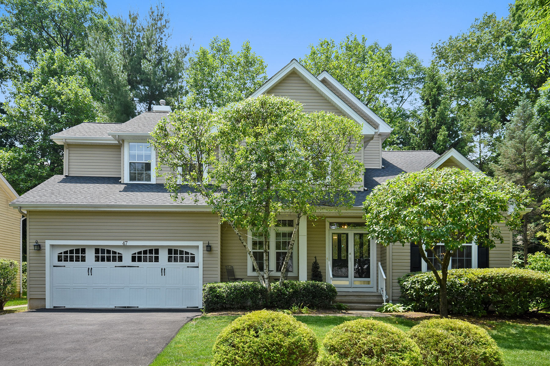 Single Family Homes for Sale at Sunlit Colonial 47 Alder Lane Basking Ridge, New Jersey 07920 United States