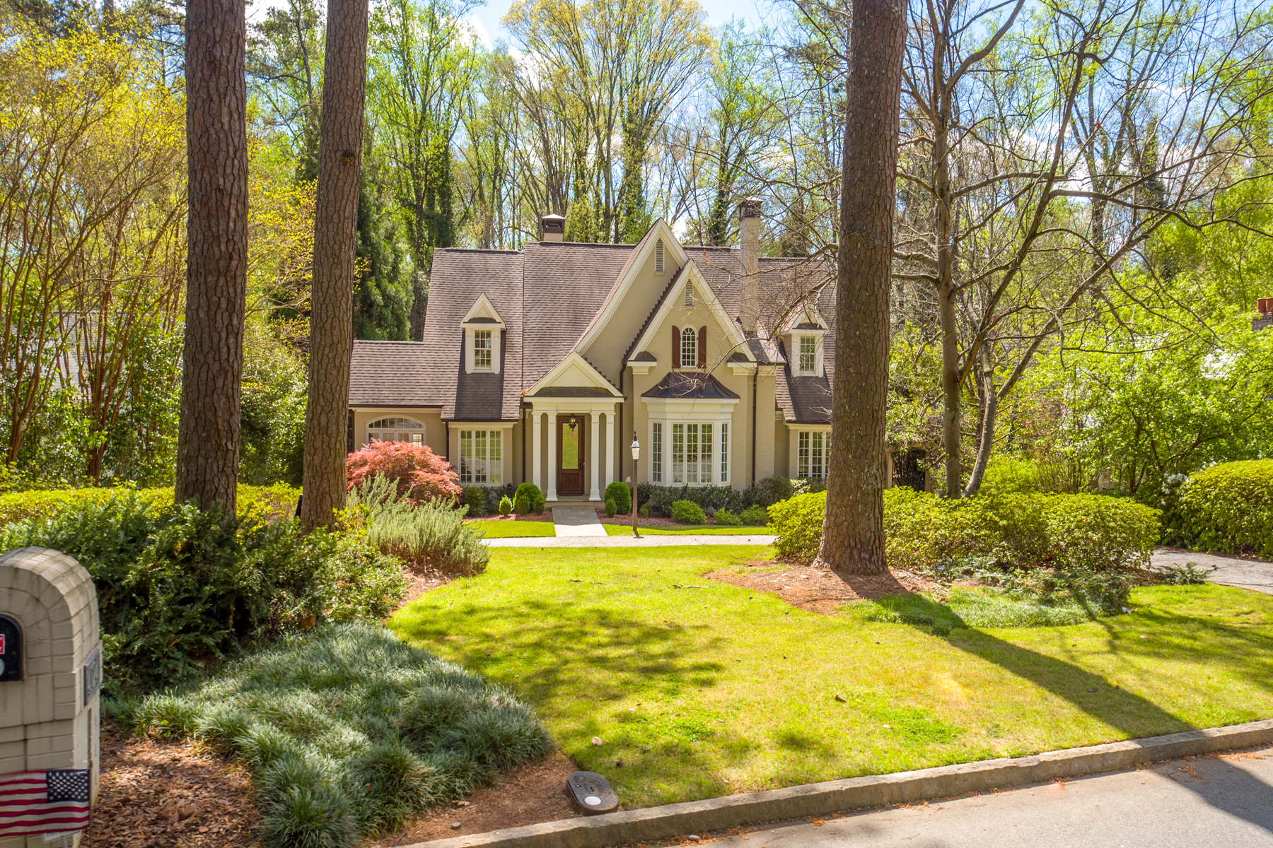 独户住宅 为 销售 在 Gorgeous Home In Ideal Brookhaven Location 4124 Club Drive Brookhaven, 亚特兰大, 乔治亚州, 30319 美国
