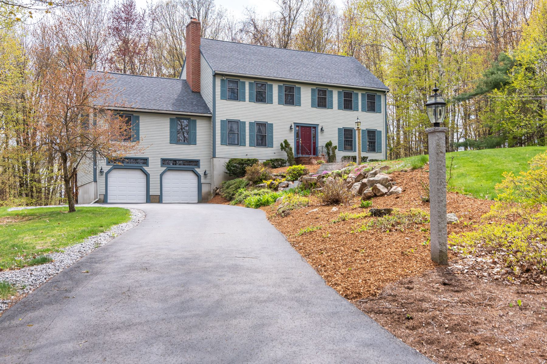 Single Family Homes 为 销售 在 Meticulously Cared for Bedford Colonial 19 Golden Drive Bedford, 新罕布什尔州 03110 美国