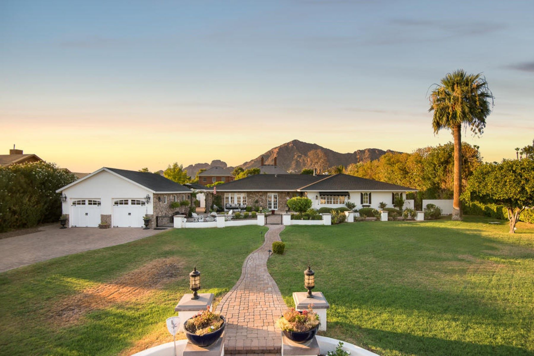Maison unifamiliale pour l Vente à Charming home on beautiful grounds in Phoenix 5424 E Lafayette Blvd Phoenix, Arizona, 85018 États-Unis