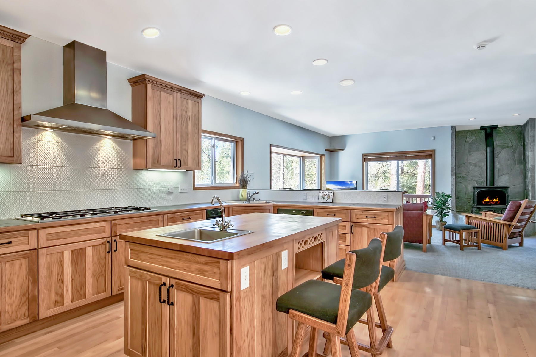 Additional photo for property listing at 8415 Hillside Drive, Soda Springs, California 95728 8415 Hillside Drive Soda Springs, California 95728 Estados Unidos