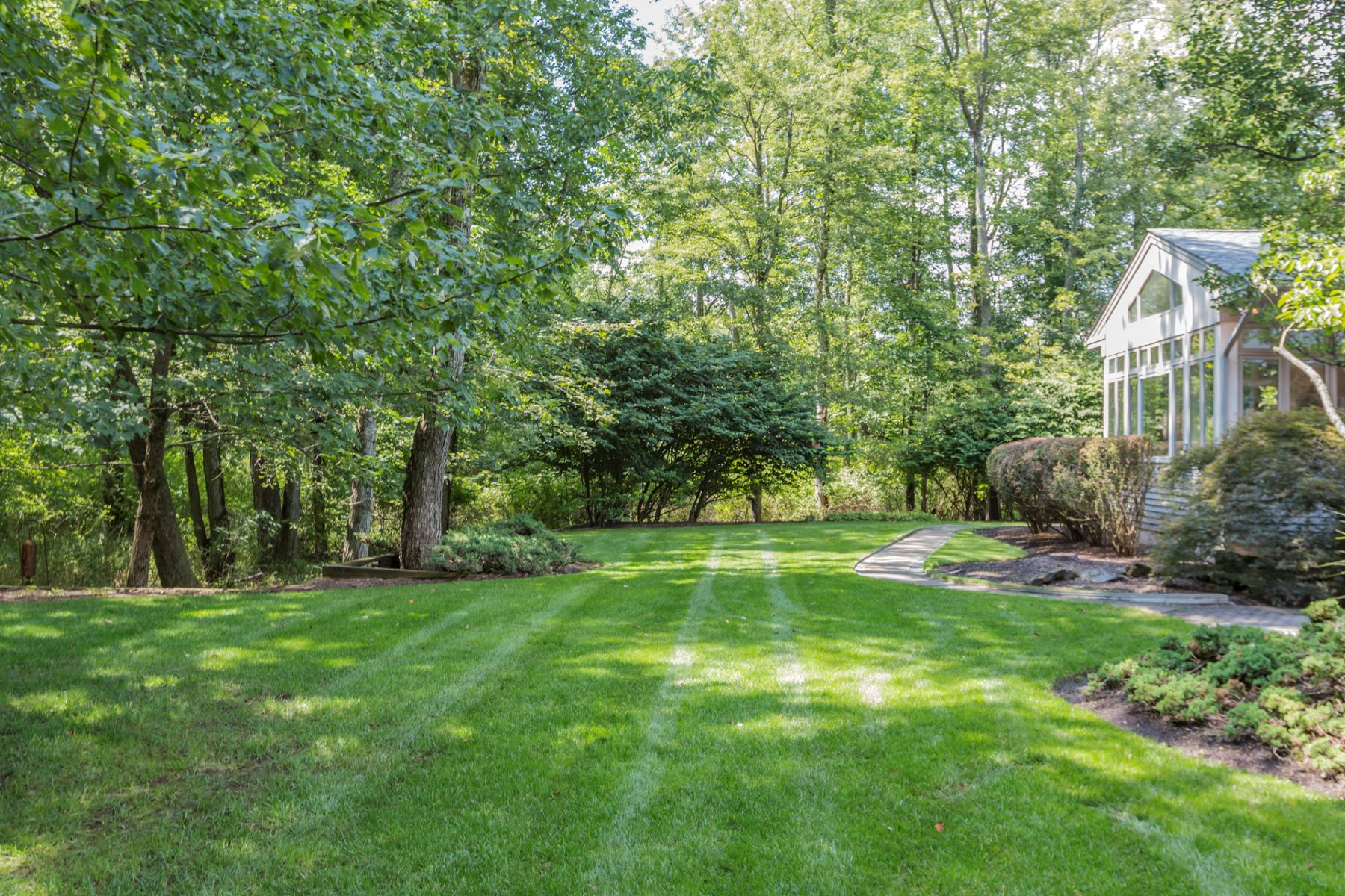 Additional photo for property listing at Prairie-Style Home Pairs Clean Lines with Sunshine - Lawrence Township 13 Benedek Road, Princeton, New Jersey 08540 United States