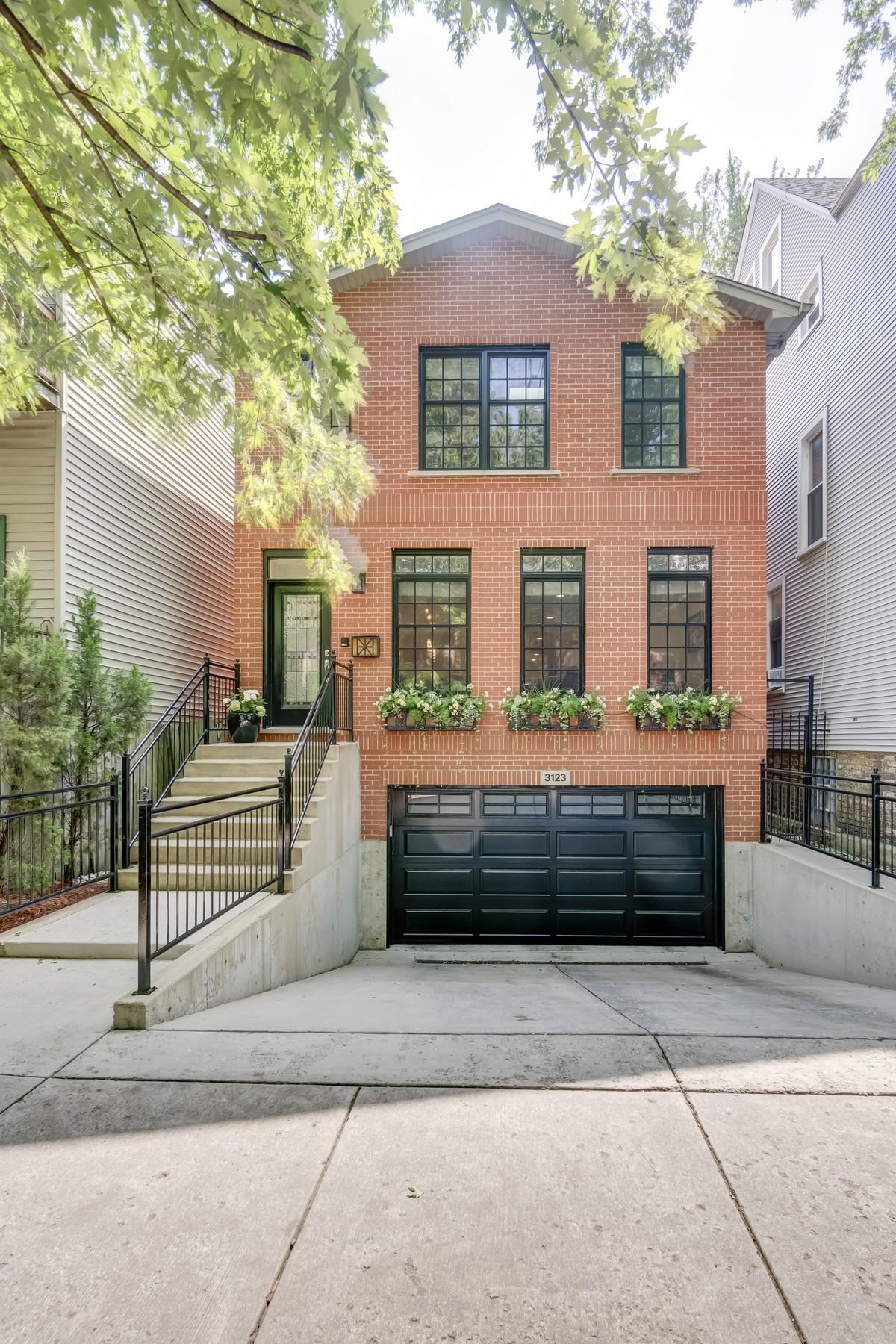 Einfamilienhaus für Verkauf beim Spacious Two Story Home 3123 N Paulina Street Chicago, Illinois, 60657 Vereinigte Staaten