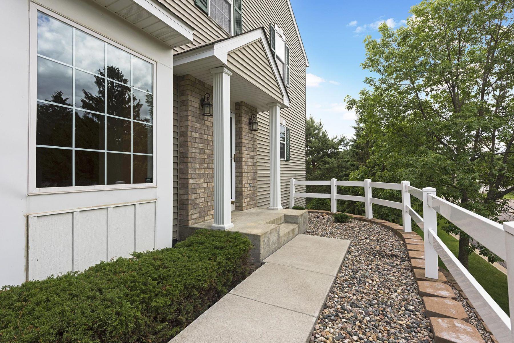 Residência urbana para Venda às 1301 White Oak Drive Chaska, Minnesota, 55318 Estados Unidos