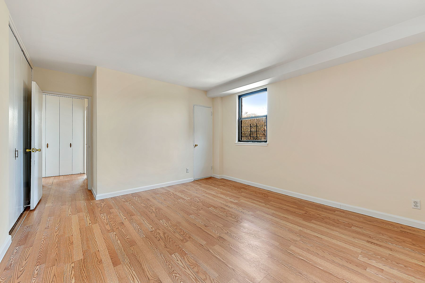 Additional photo for property listing at Corner 3 Bedroom with Terrace 4901 Henry Hudson Parkway 7E Riverdale, New York 10471 United States