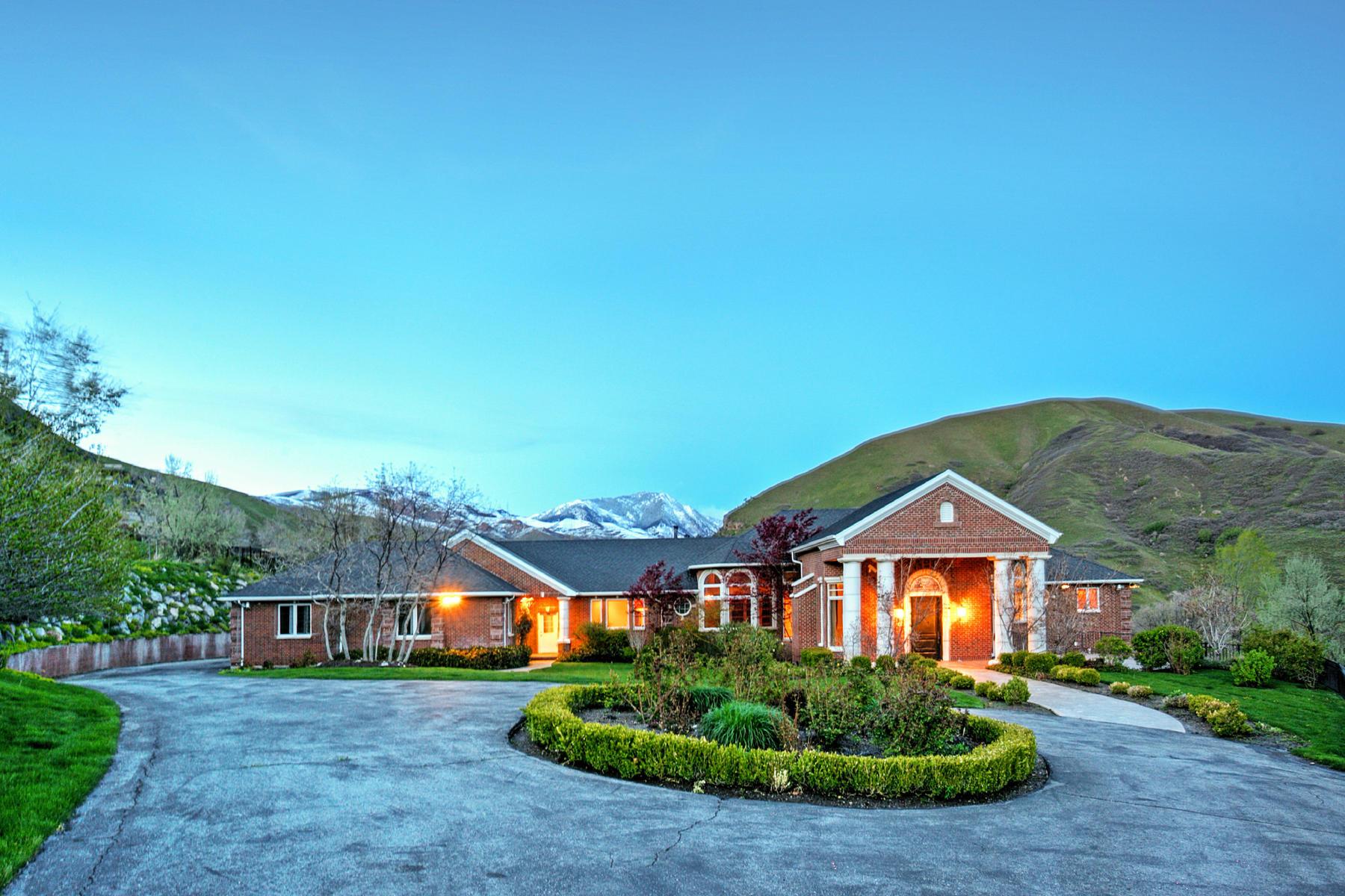 Casa Unifamiliar por un Venta en Magnificent Property 1334 N Canyon Oaks Way Salt Lake City, Utah, 84103 Estados Unidos