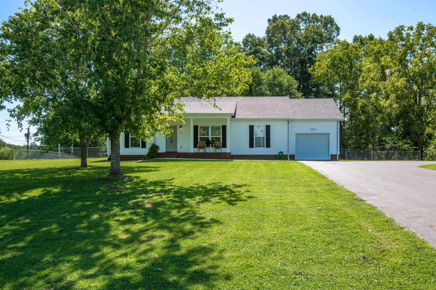 Single Family Homes vì Bán tại Beautiful Country Home 1439 Highway 48 South, Dickson, Tennessee 37055 Hoa Kỳ