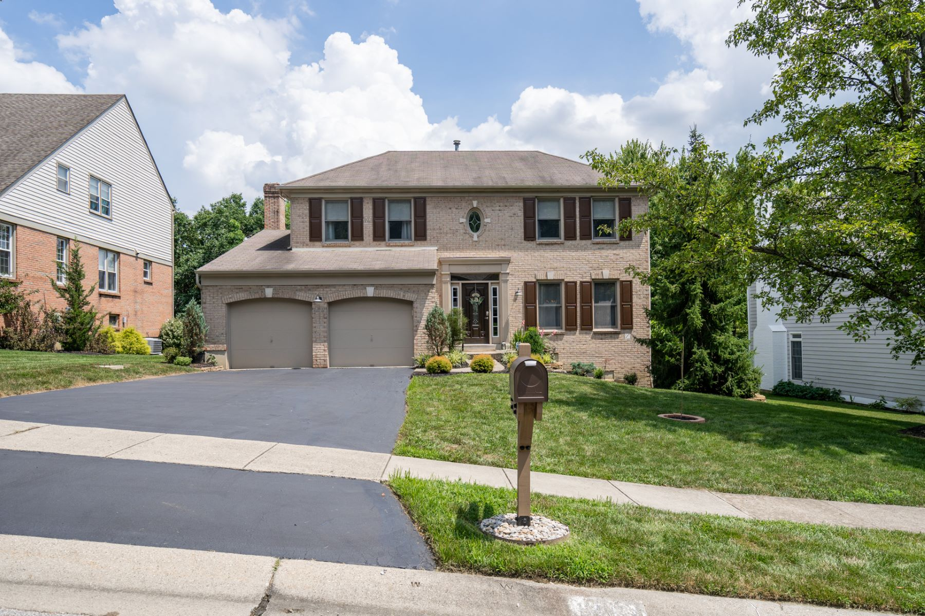 Single Family Homes 为 销售 在 Charming Traditional in Coveted Berkshire Club Estates 1806 Berkshire Club Drive Anderson, 俄亥俄州 45230 美国