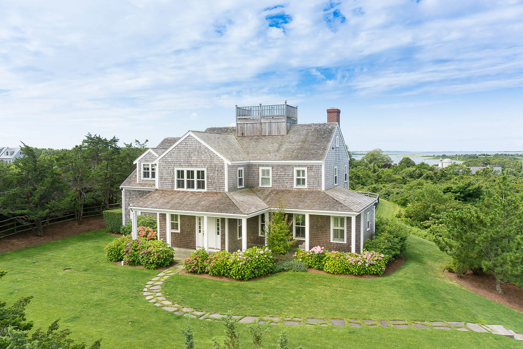 Maison unifamiliale pour l Vente à Expansive Water Views - 6 Bedrooms and 6 Baths 5 Eat Fire Spring Road Nantucket, Massachusetts, 02554 États-Unis