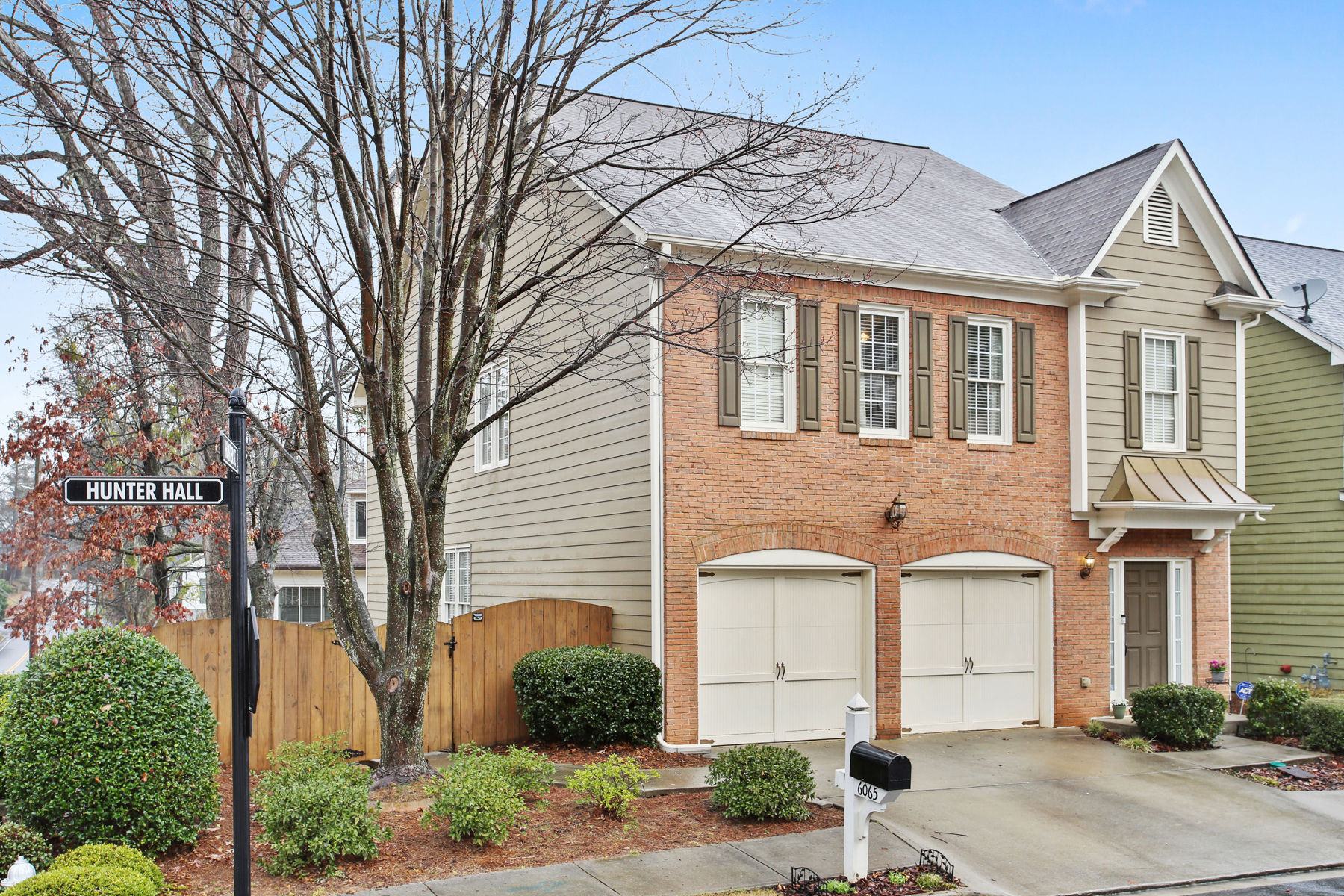 Single Family Homes per Vendita alle ore Spacious Townhome with a Fenced Outdoor Oasis 6065 Hunter Hall Court, Norcross, Georgia 30071 Stati Uniti