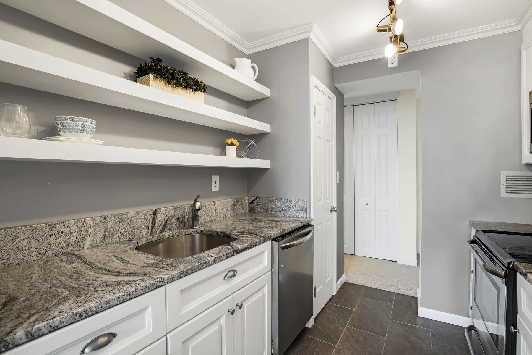 Condominiums для того Продажа на Adorable Belmar Condo 1000 River Rd 8G, Belmar, Нью-Джерси 07719 Соединенные Штаты