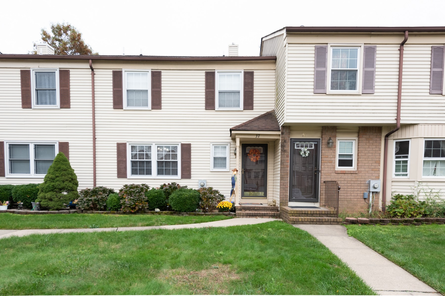 Condominiums por un Venta en Park Village Townhouse 37 Tiger Lilly Ct Sayreville, Nueva Jersey 08872 Estados Unidos