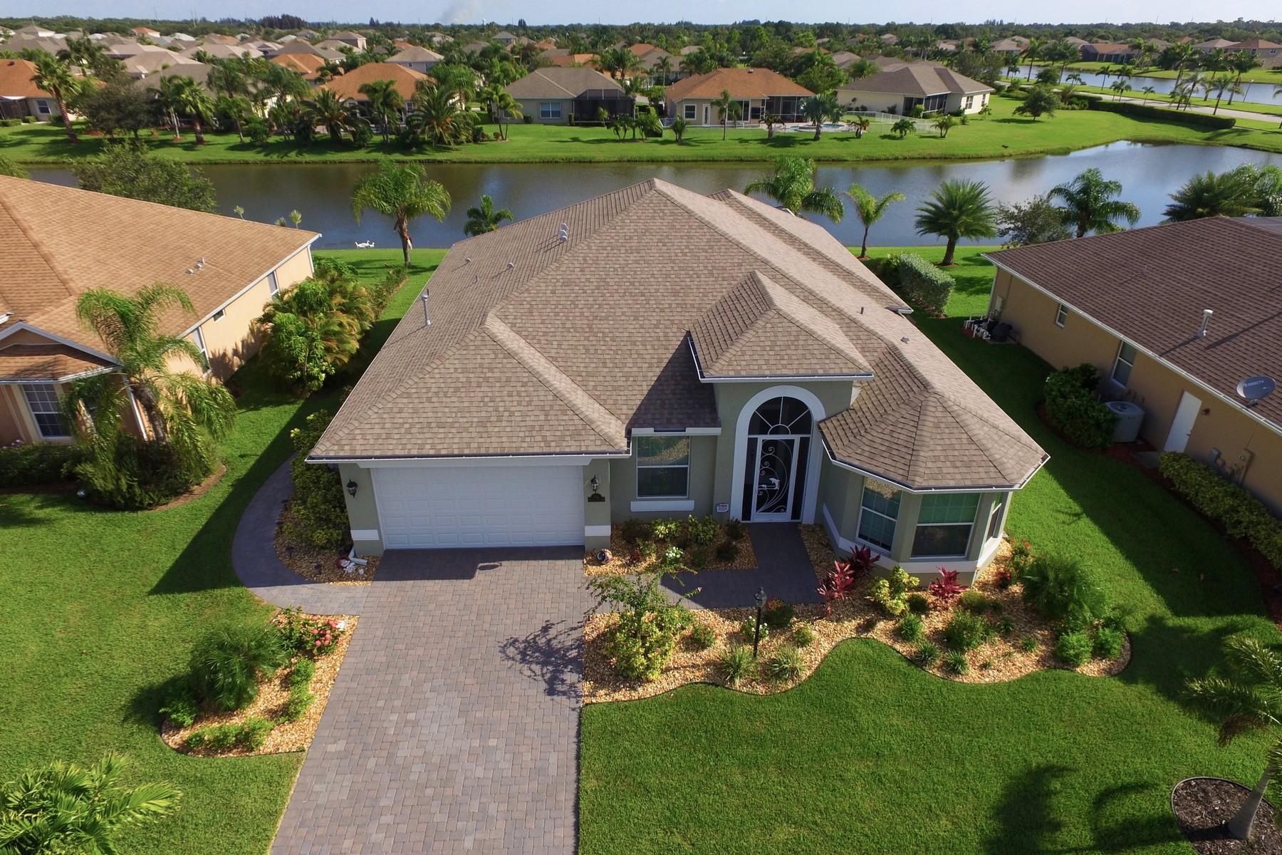 独户住宅 为 销售 在 Inviting Lakefront Home on Premium Homesite 783 Fortunella Circle SW 维罗海滩, 佛罗里达州, 32968 美国