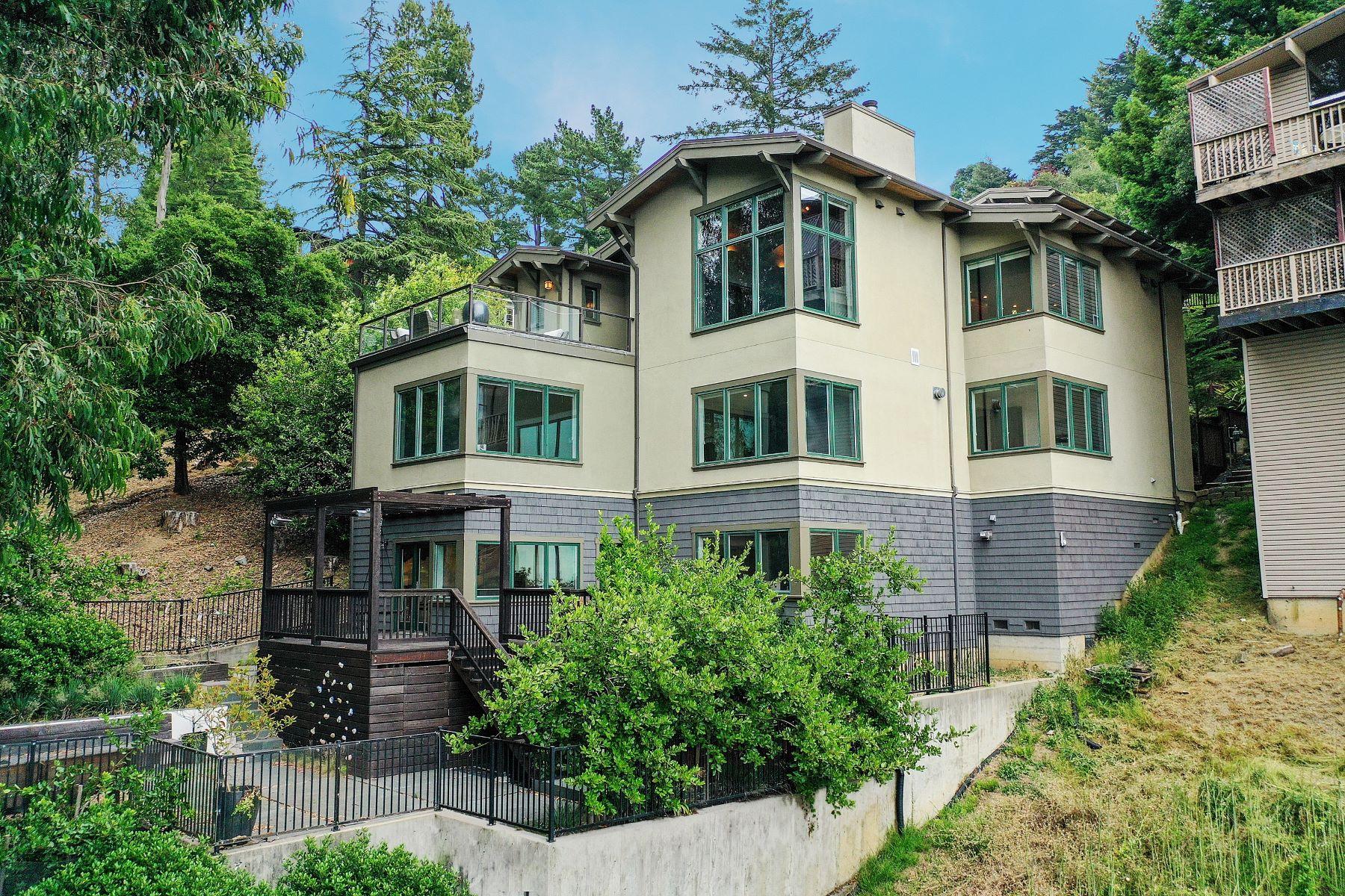 Single Family Homes por un Venta en Awe-Inspiring Tri-Level 6833 Armour Drive Oakland, California 94611 Estados Unidos