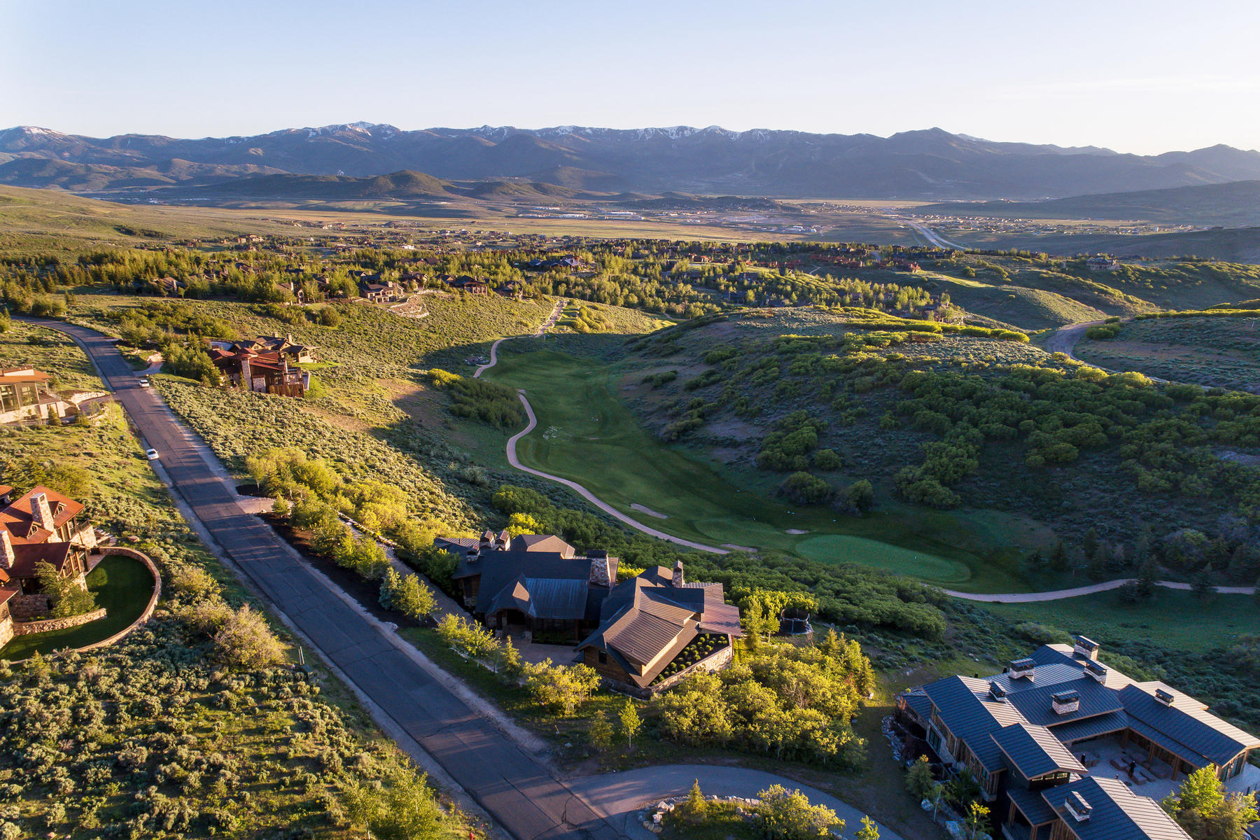 Single Family Homes 为 销售 在 Stunning Home Designed For Entertaining 8435 N Ranch Garden Rd 帕克城, 犹他州 84098 美国