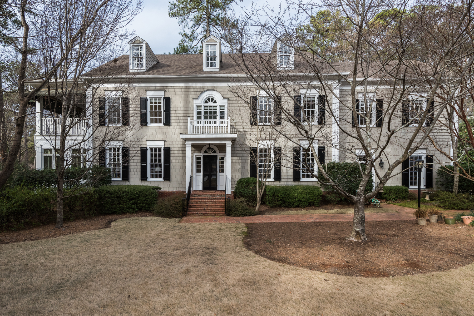 Частный односемейный дом для того Продажа на Elegant Traditional In Buckhead 919 Weyman Court NW Buckhead, Atlanta, Джорджия, 30327 Соединенные Штаты