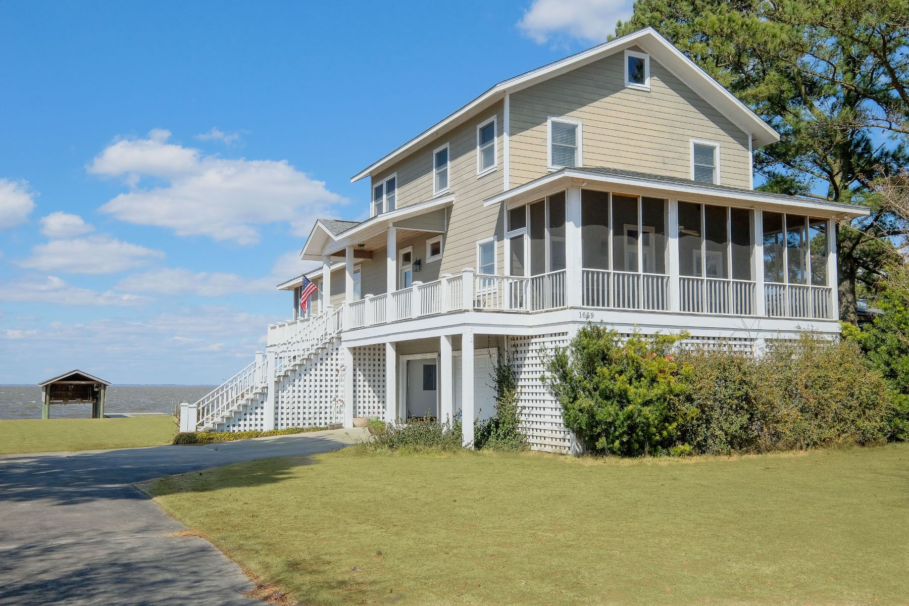 Single Family Homes 为 销售 在 Classy Casual Waterfront 1659 Albemarle Beach Road Roper, 北卡罗来纳州 27970 美国