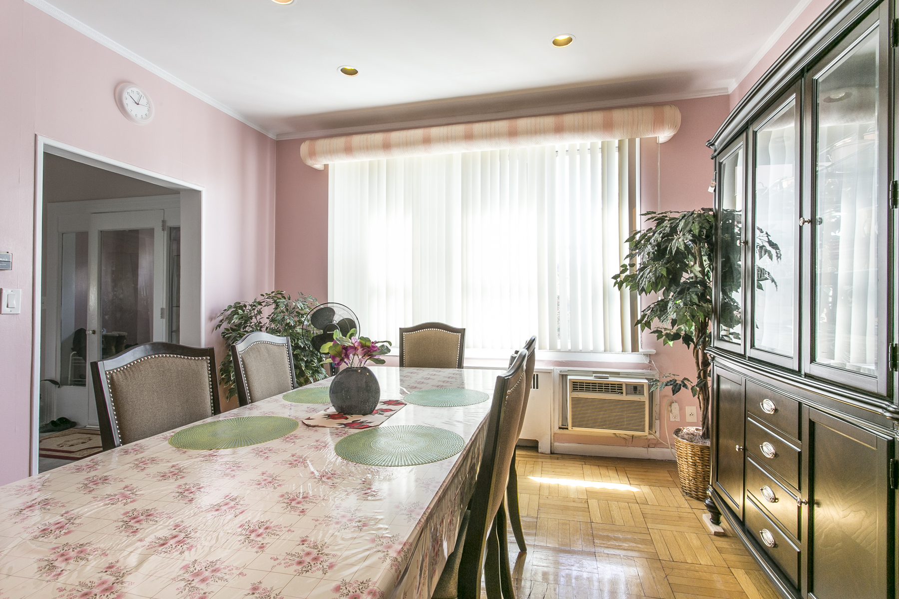 "Additional photo for property listing at ""SINGLE FAMILY BRICK HOME IN THE CORD MEYER NEIGHBORHOOD""  Forest Hills, Nueva York 11375 Estados Unidos"