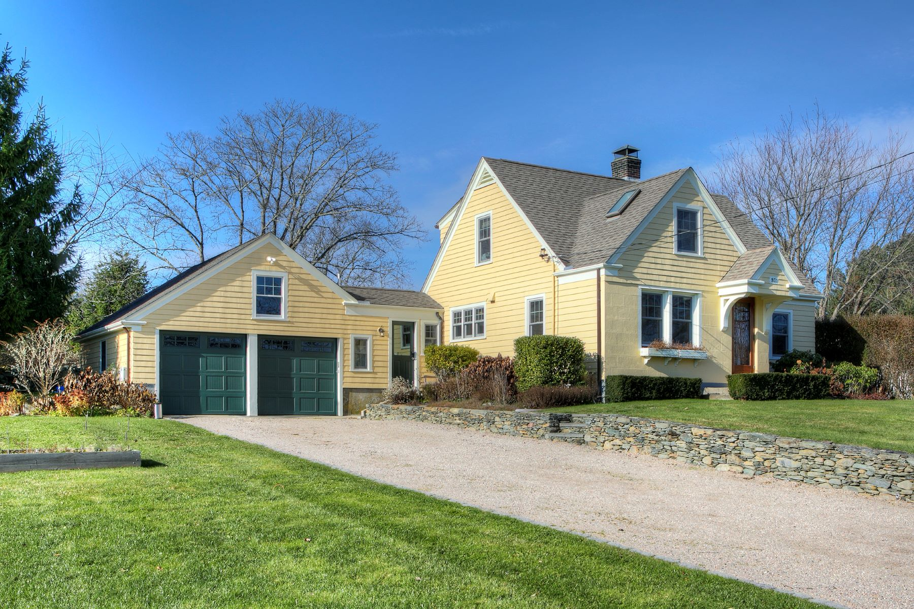 Single Family Homes for Sale at Pristine Cottage 931 Wapping Road Portsmouth, Rhode Island 02871 United States