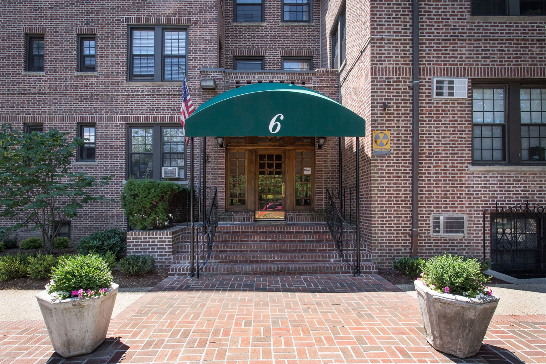 "合作公寓 为 销售 在 ""CONTEMPORARY 2 BEDROOM/2 BATH BEAUTY"" 6 Burns Street, Apt. #47, Forest Hills Gardens, 森林山, 11375 美国"