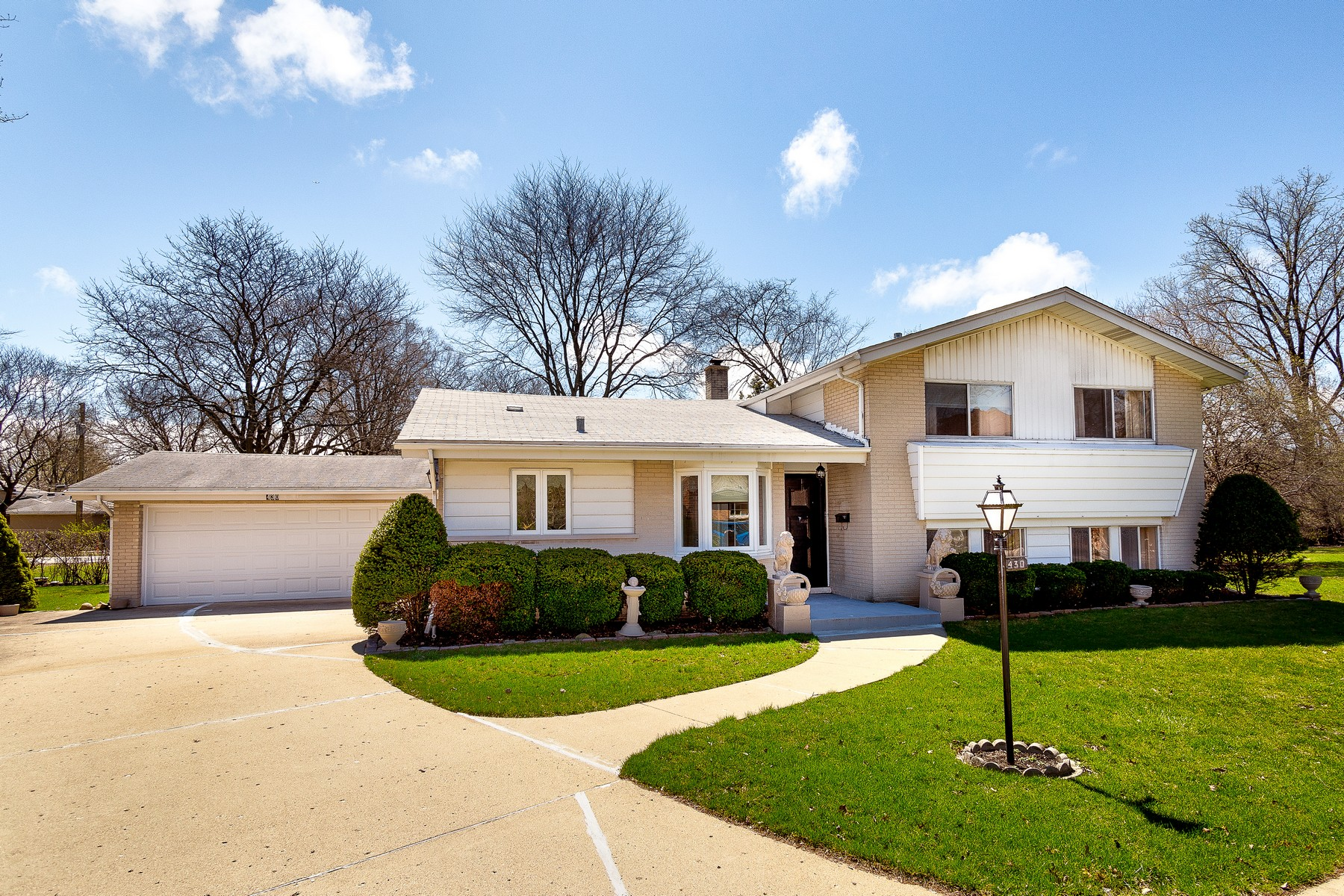Single Family Homes for Active at Bright And Sunny Split Level 430 Cove Lane Wilmette, Illinois 60091 United States