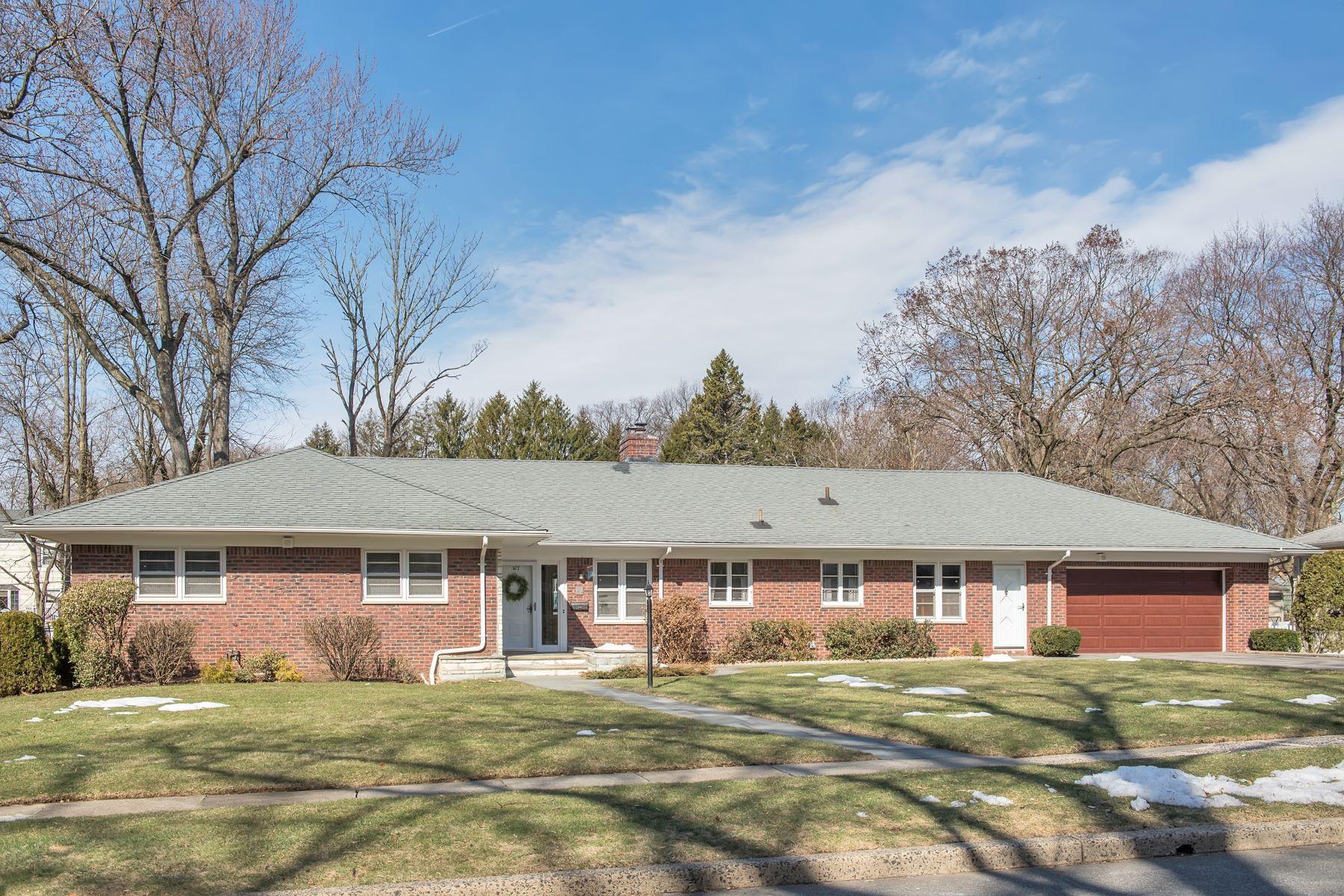 Maison unifamiliale pour l Vente à Sprawling Mid-Century Ranch in Montclair 107 Yantacaw Brook Road 1h, Montclair, New Jersey, 07042 États-Unis