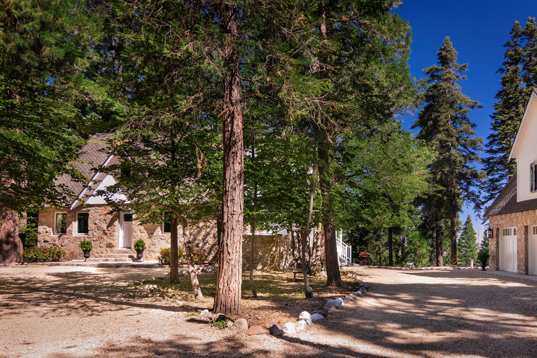Single Family Homes para Venda às 28790 Sycamore Drive, Lake Arrowhead, California, 92385 Skyforest, Califórnia 92385 Estados Unidos