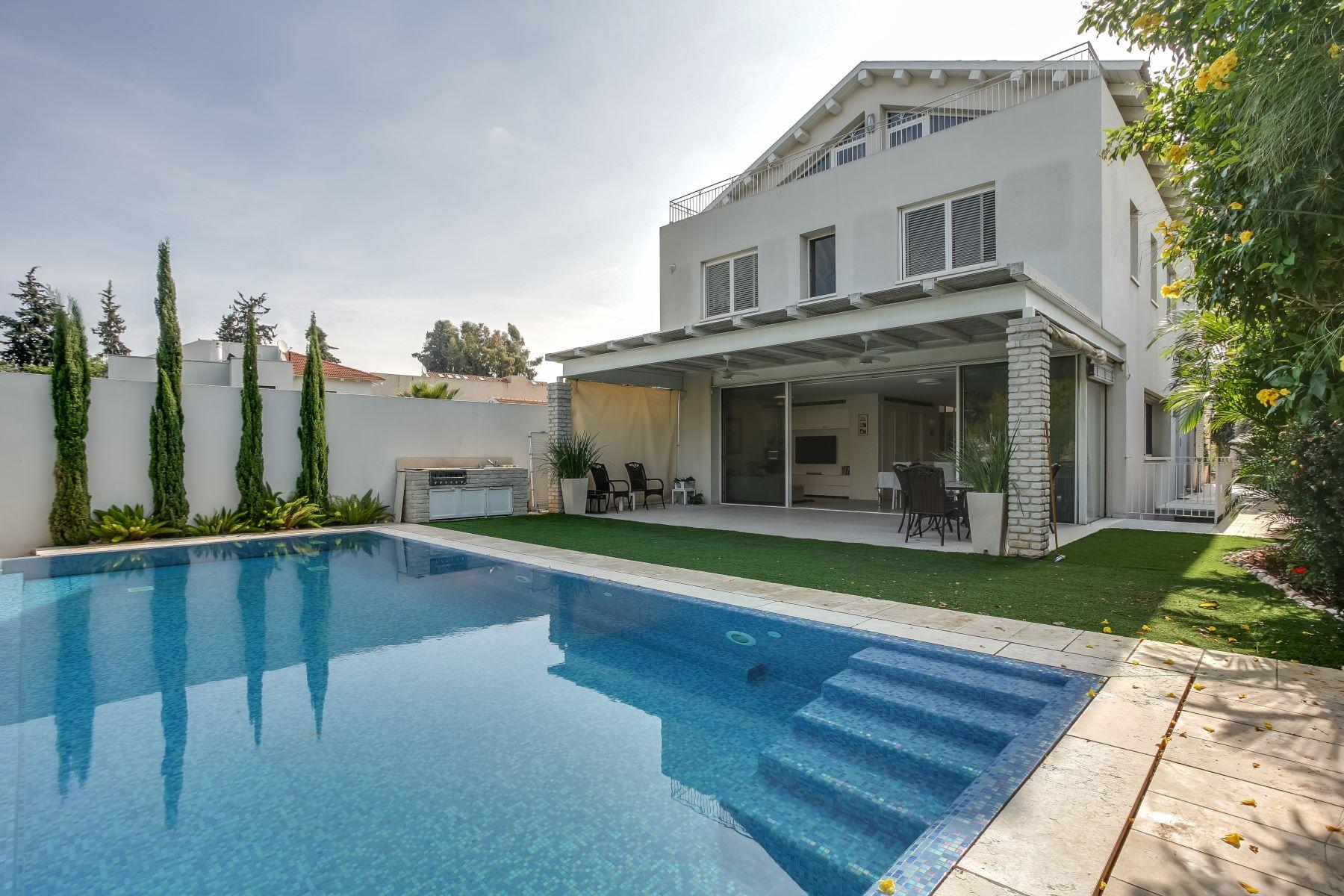 Vivienda unifamiliar por un Venta en Modern architecturally designed villa in Raanana. Ra'anana, Israel Israel