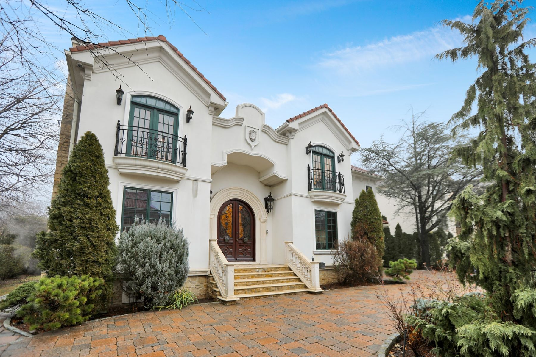 Single Family Homes por un Venta en French Provincial style costume build home 1068 Dearborn Rd Fort Lee, Nueva Jersey 07024 Estados Unidos