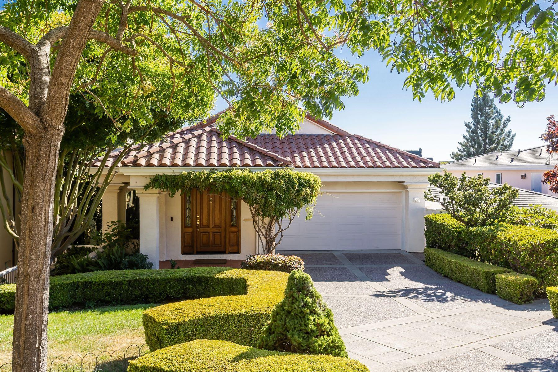 Single Family Homes por un Venta en Upper Rockridge Level-In Contemporary 5501 Golden Gate Avenue Oakland, California 94618 Estados Unidos