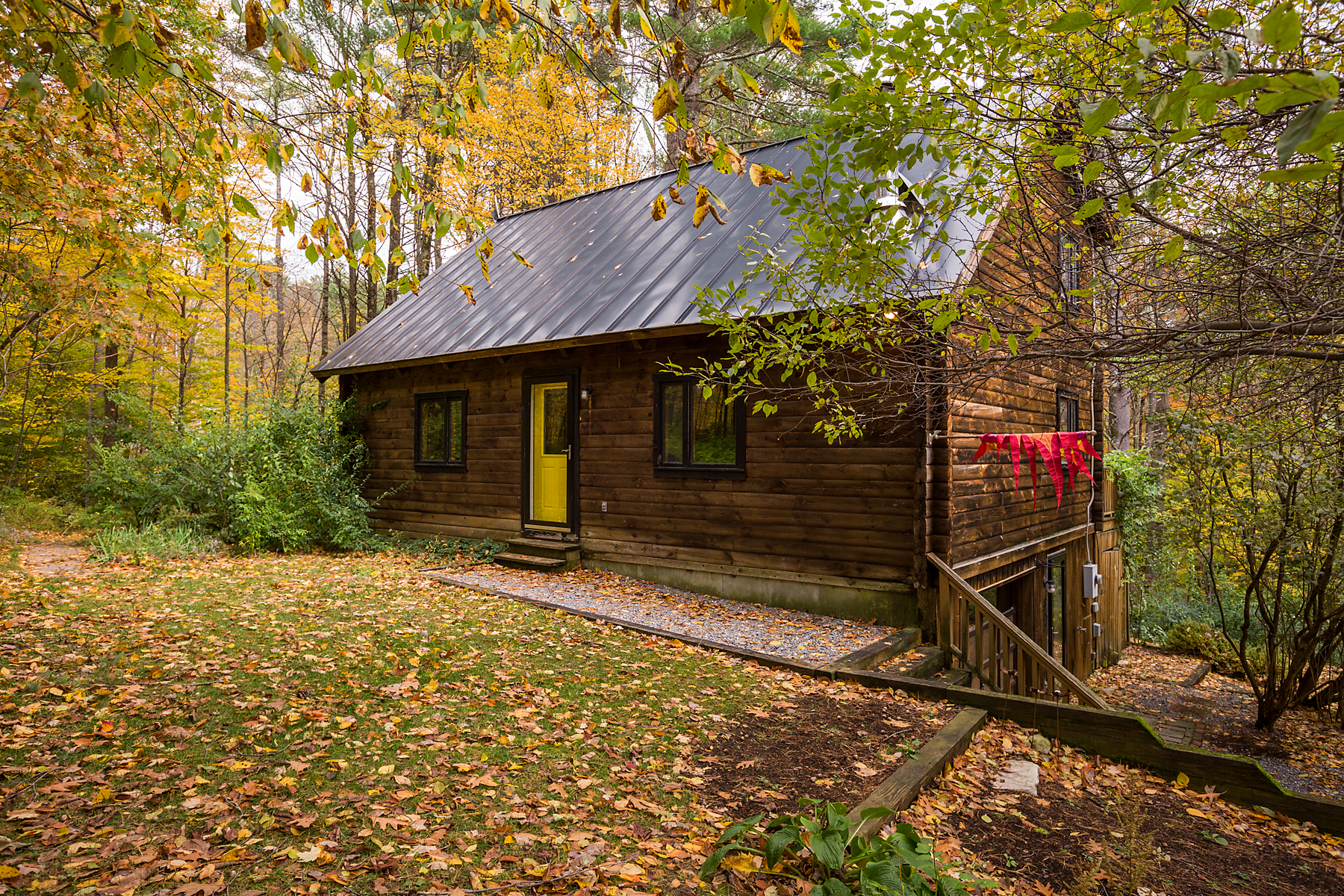 Single Family Homes 용 매매 에 Nicely Maintained Log Cabin Surrounded by Woods 833 Dunlap Farm Rd Sunderland, 베르몬트 05250 미국