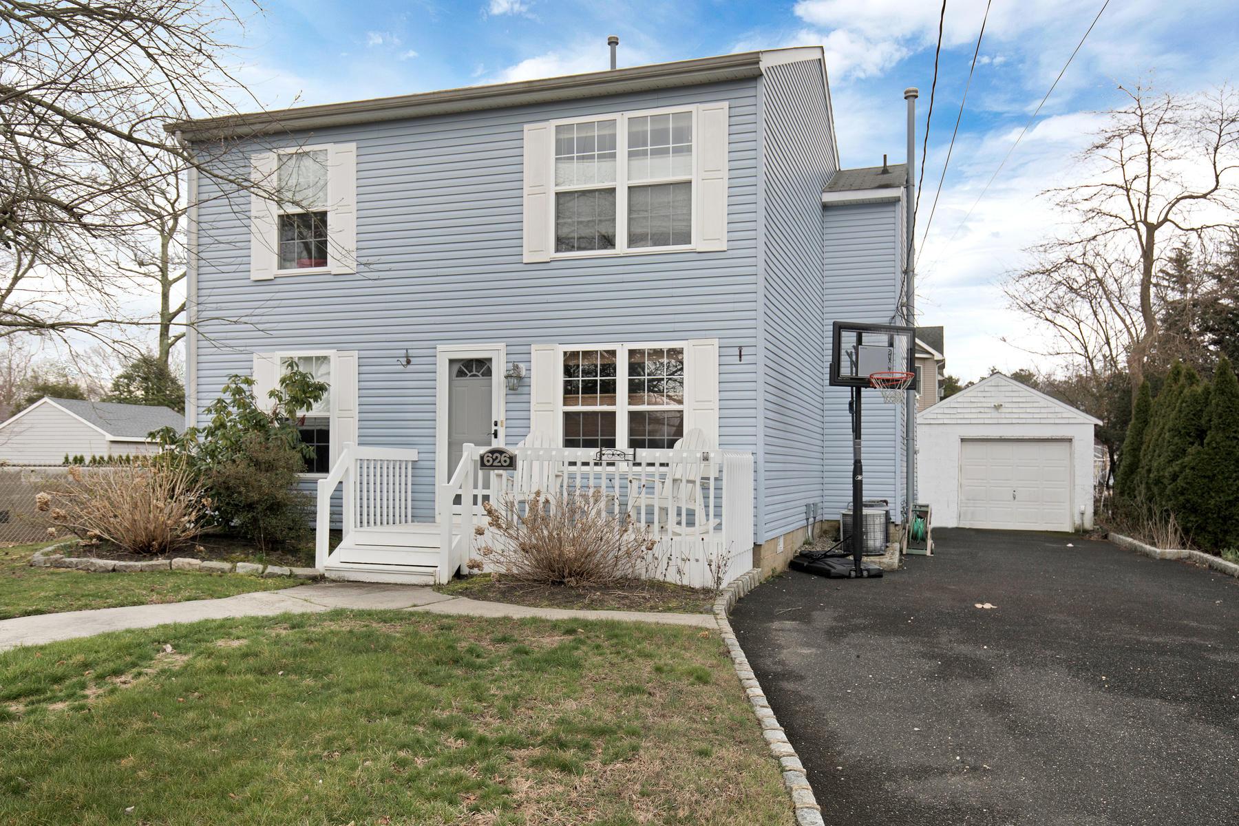 Частный односемейный дом для того Продажа на Desirable East Of The Canal Location 626 Delaware Avenue Point Pleasant, Нью-Джерси 08742 Соединенные Штаты