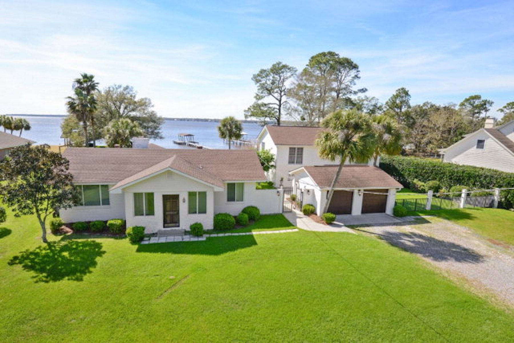 Maison unifamiliale pour l Vente à Florida Bayfront Home 1079 Perdido Manor Pensacola, Florida, 32506 États-Unis