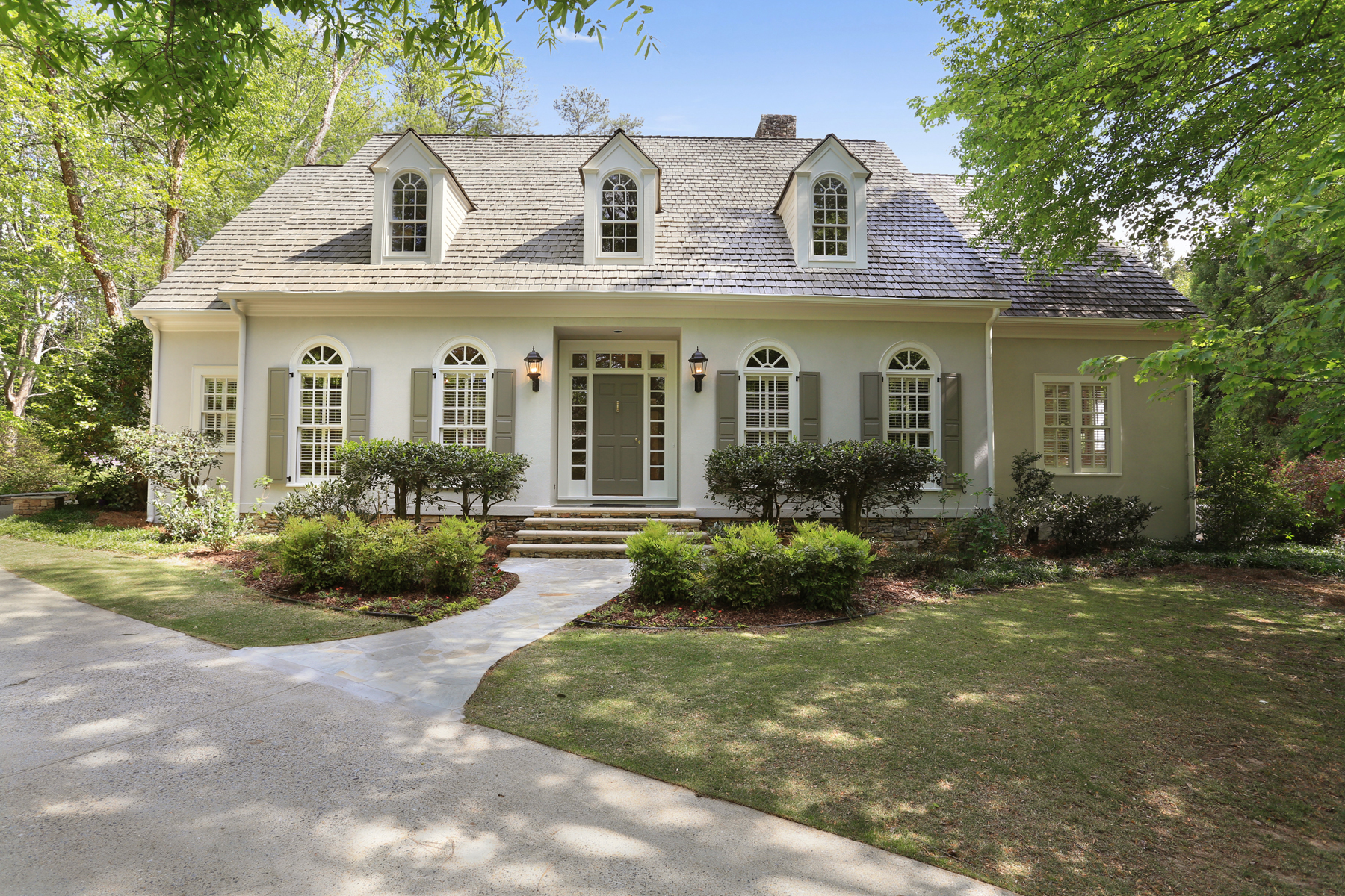 独户住宅 为 销售 在 Classy, Sophisticated Home In Idyllic Location 10 Old Stratton Chase 桑迪, 乔治亚州, 30328 美国