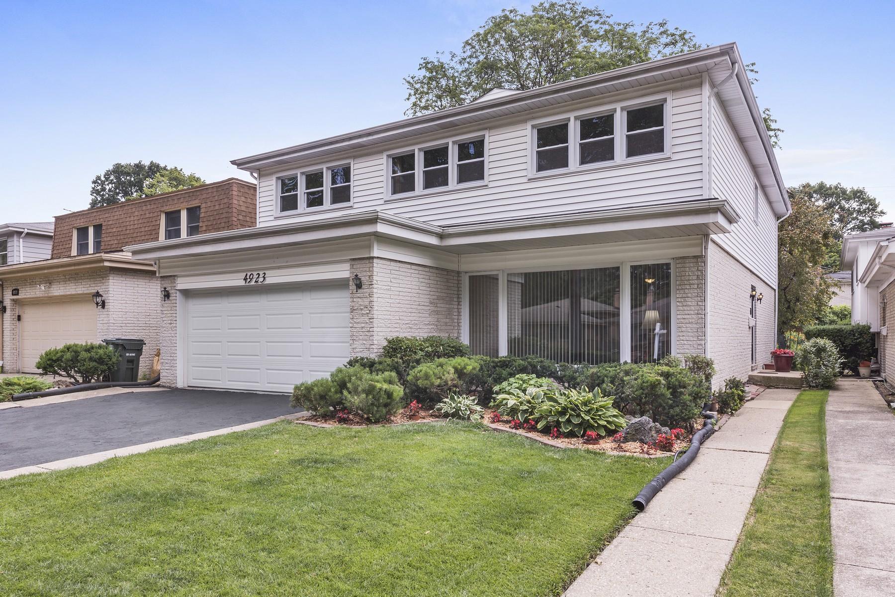 Maison unifamiliale pour l Vente à Impeccably Maintained Two Story 4923 Farwell Avenue Skokie, Illinois, 60077 États-Unis