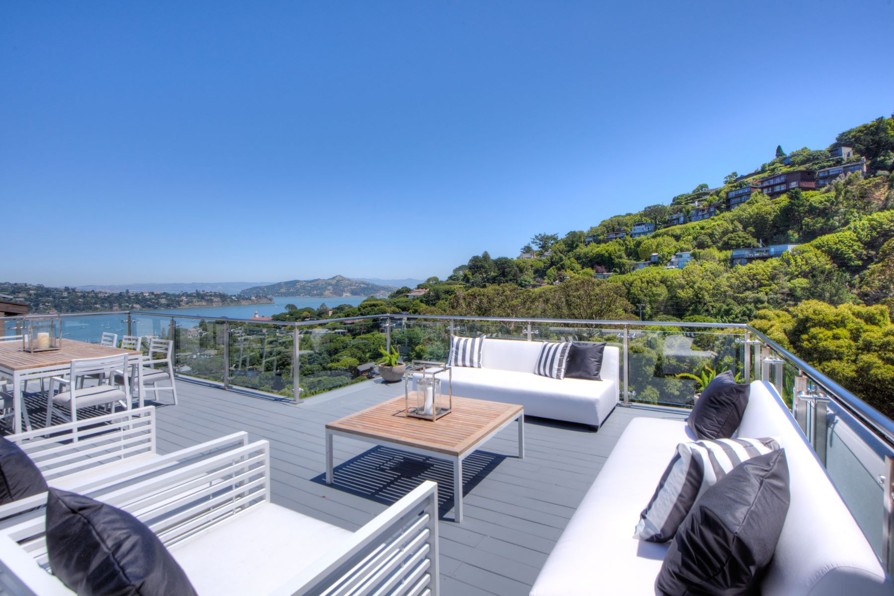 Moradia para Venda às Remodeled Contemporary with Bay Views and Detached Guest House 79 George Lane Sausalito, Califórnia, 94965 Estados Unidos