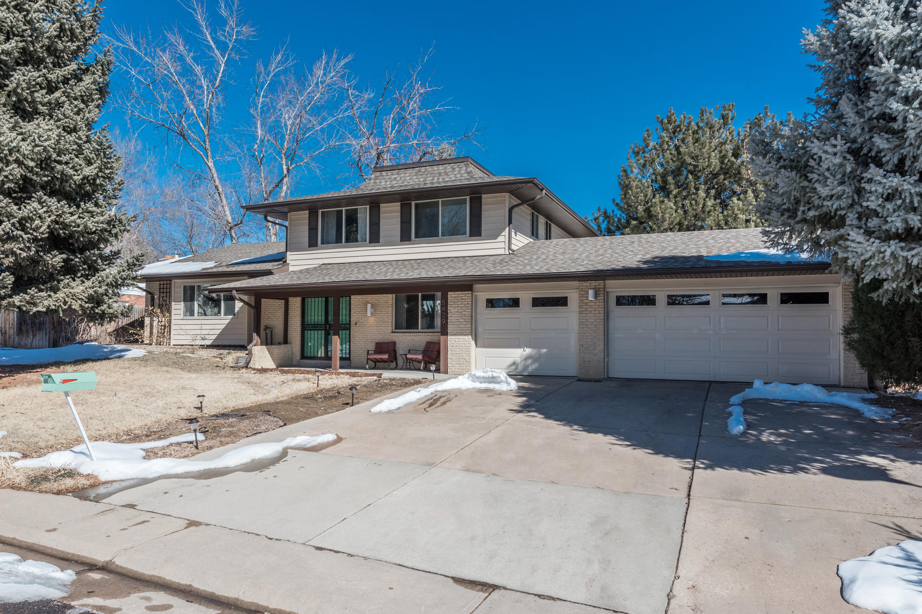 Single Family Homes のために 売買 アット Fresh, updated home in Columbine Knolls exudes style and sophistication! 5429 W Geddes Avenue Littleton, コロラド 80128 アメリカ