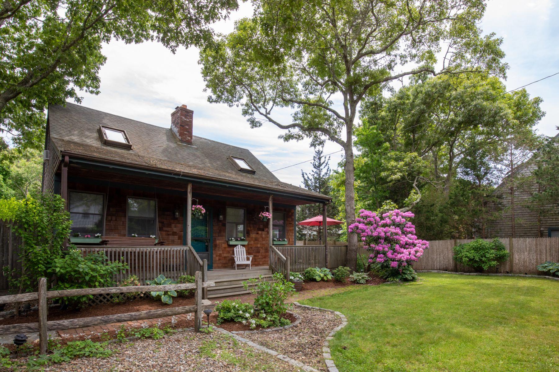 Single Family Homes pour l Vente à Cape style home in Oak Bluffs 3 Nahomon Street Oak Bluffs, Massachusetts 02557 États-Unis