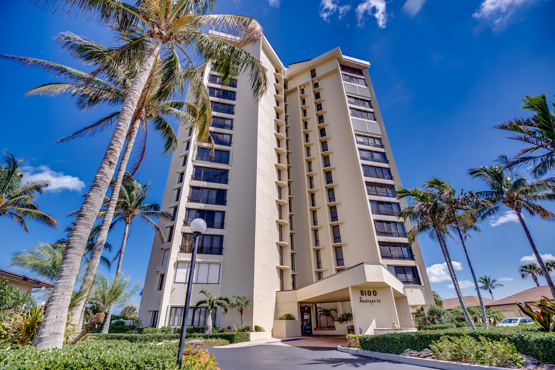 Property pour l Vente à Exceptionally Renovated Condo with Stunning Atlantic Ocean & Intracoastal Views! 2400 S Ocean Drive Unit 8181 Fort Pierce, Floride 34949 États-Unis