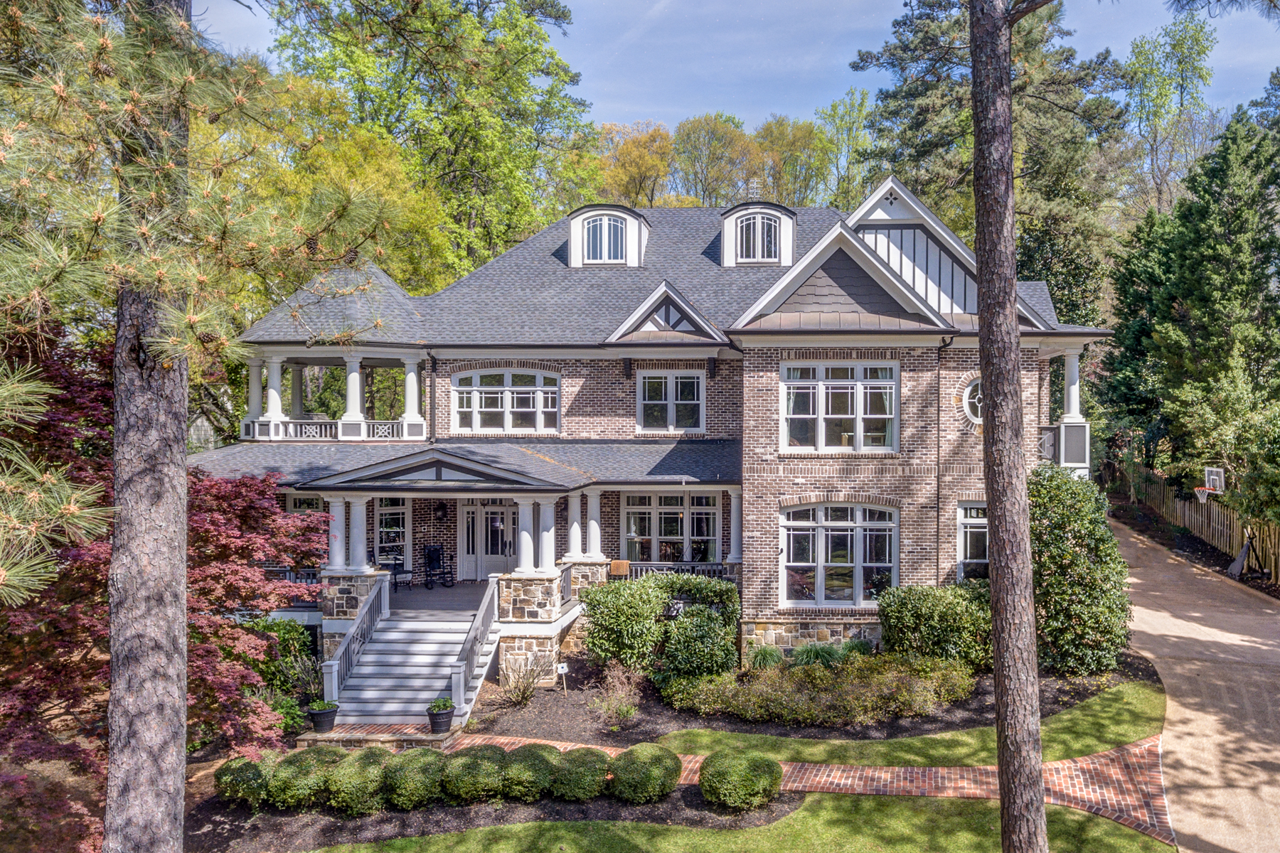 Moradia para Venda às Beautiful Custom Home On Secluded One Acre Lot In Brookhaven 4650 Club Valley Drive NE Atlanta, Geórgia 30319 Estados Unidos