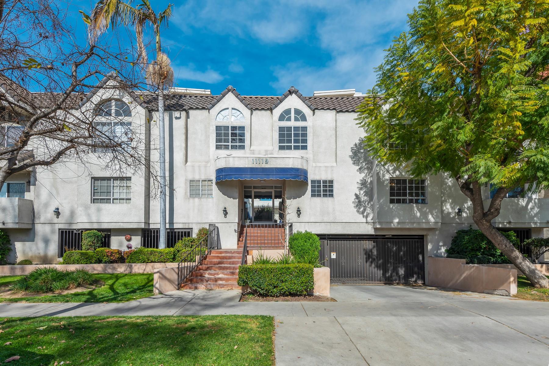 townhouses para Venda às FULLY REMODELED END UNIT! 11119 Camarillo Street Unit #101, North Hollywood, Califórnia 91602 Estados Unidos