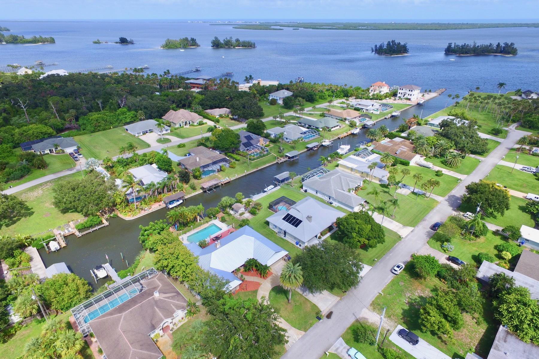 獨棟家庭住宅 為 出售 在 Unique Four Bedroom Canal Front Home With Two Boat Lifts 6626 110th Street Sebastian, 佛羅里達州 32958 美國